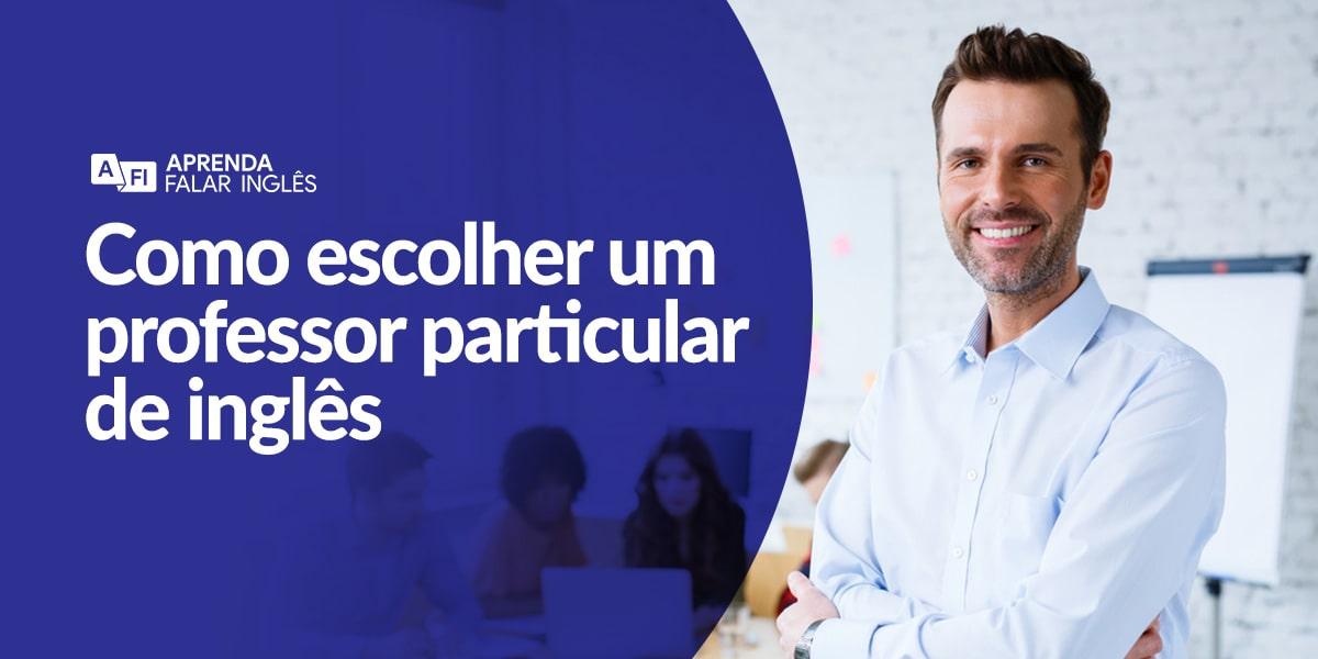 Um professor, com camisa social, braços cruzados, sorrindo